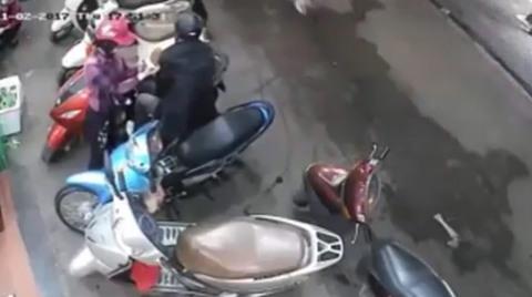 Đôi nam nữ móc cốp xe máy trộm đồ trong nháy mắt