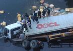Container húc tung lan can cầu lao xuống sông, tài xế tử nạn
