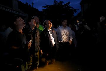 Thủ tướng lội nước ở Hội An kiểm tra khắc phục bão