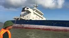Chìm tàu trong bão 10 người chết, cảng Quy Nhơn 'tê liệt'
