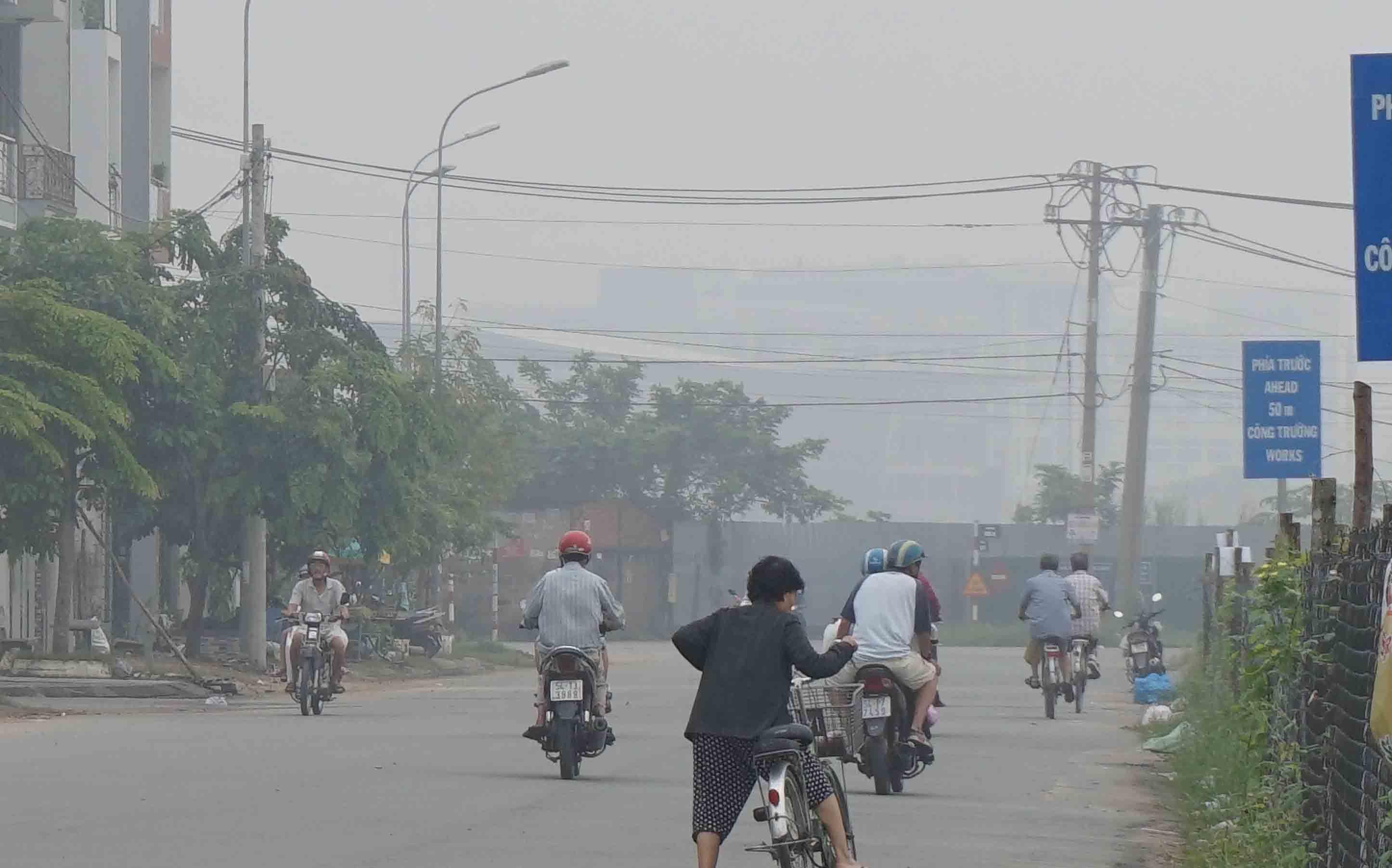Vị chuyên gia cảnh báo sương mù được tạo bởi hơi nước kết dính với các chất độc hại, khói bụi nên khi ra đường người dân nên tự bảo vệ mình để tránh các bệnh liên quan đến hô hấp.
