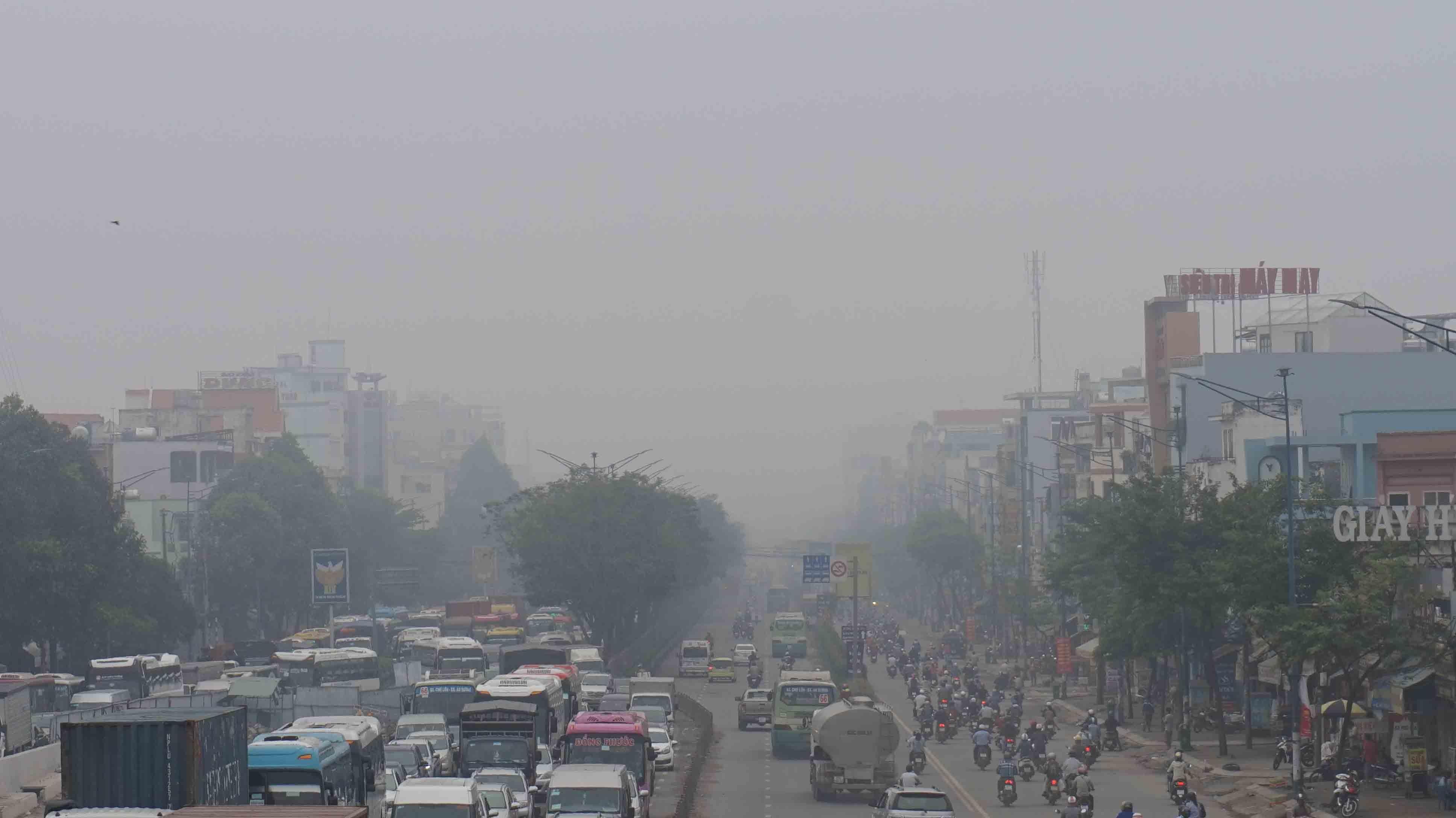 Hơn 8h sáng, các tòa nhà, khu dân cư ở khu vực quận trung tâm là 1,3, 10 và quận vùng ven: 7, 12, Tân Bình, Tân Phú, Hóc Môn, Củ Chi….bị che khuất trong lớp sương trắng đục.