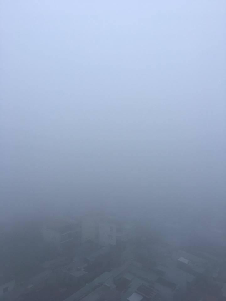 Khu dân cư ở quận Gò Vấp ẩn sau lớp sương mù dày đặc (Ảnh Hồ Phương Dung)