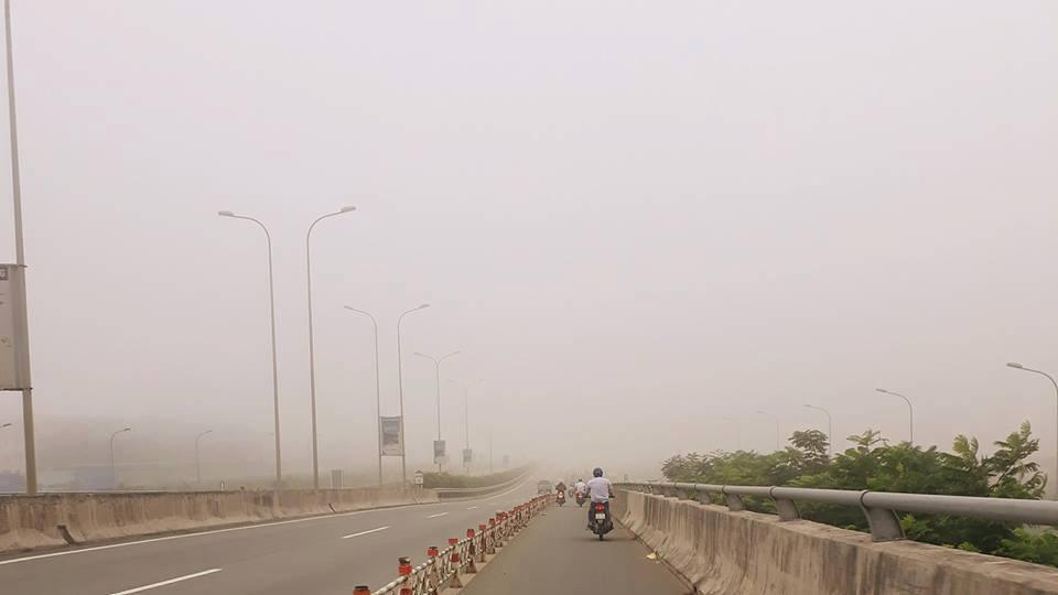Hình ảnh Xa lộ Hà Nội chìm trong sương mù (Ảnh: Đoàn Quý)