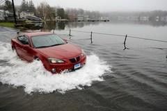 Ô tô chết máy vì bị ngập nước mùa bão lũ, khởi động thế nào?