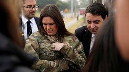 Thư ký báo chí Nhà Trắng trần tình chuyện mượn áo lính