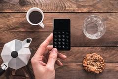 Mẫu smartphone siêu dị nhỏ bằng thẻ ATM, giá chỉ 2 triệu đồng