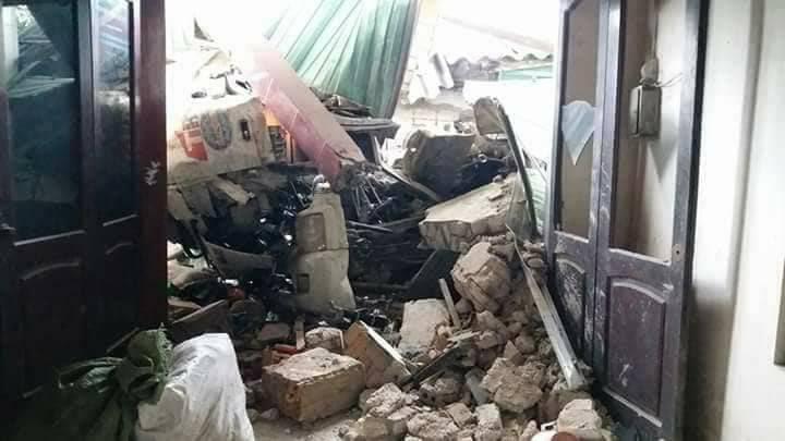 Container đâm sập nhà ven đường, tài xế tử vong trong cabin
