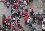 Ngập tới yên xe máy, người Sài Gòn quay cuồng vượt 'lũ'