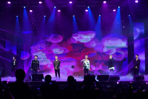 """Teen Top hát """"Phía sau một cô gái"""" cùng Soobin Hoàng Sơn"""