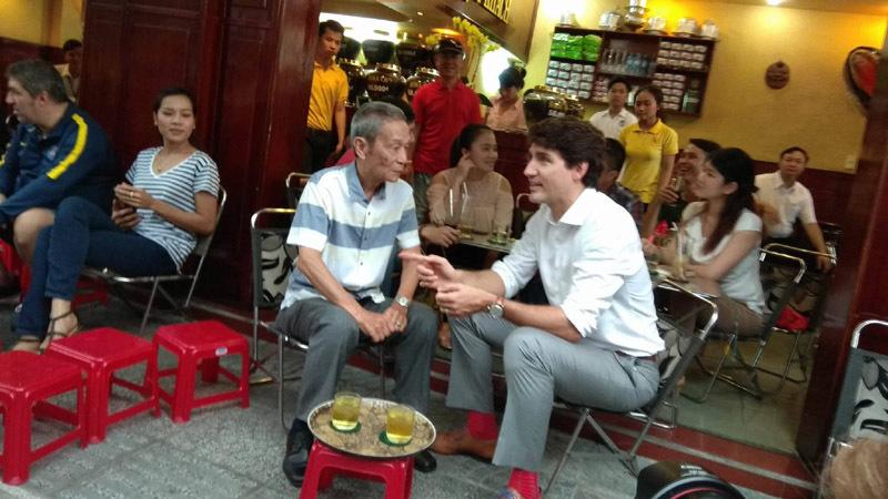 Thủ tướng Canada thưởng thức cà phê sữa vỉa hè Sài Gòn - 3