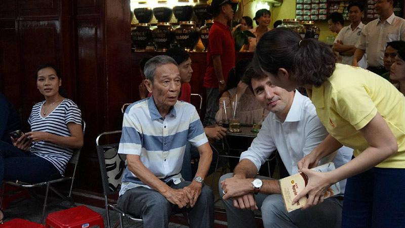 Thủ tướng Canada thưởng thức cà phê sữa vỉa hè Sài Gòn - 4
