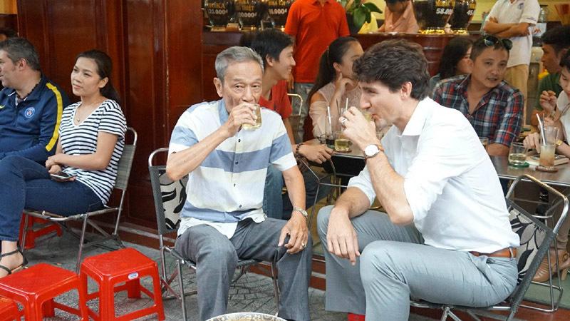 Thủ tướng Canada thưởng thức cà phê sữa vỉa hè Sài Gòn - 1