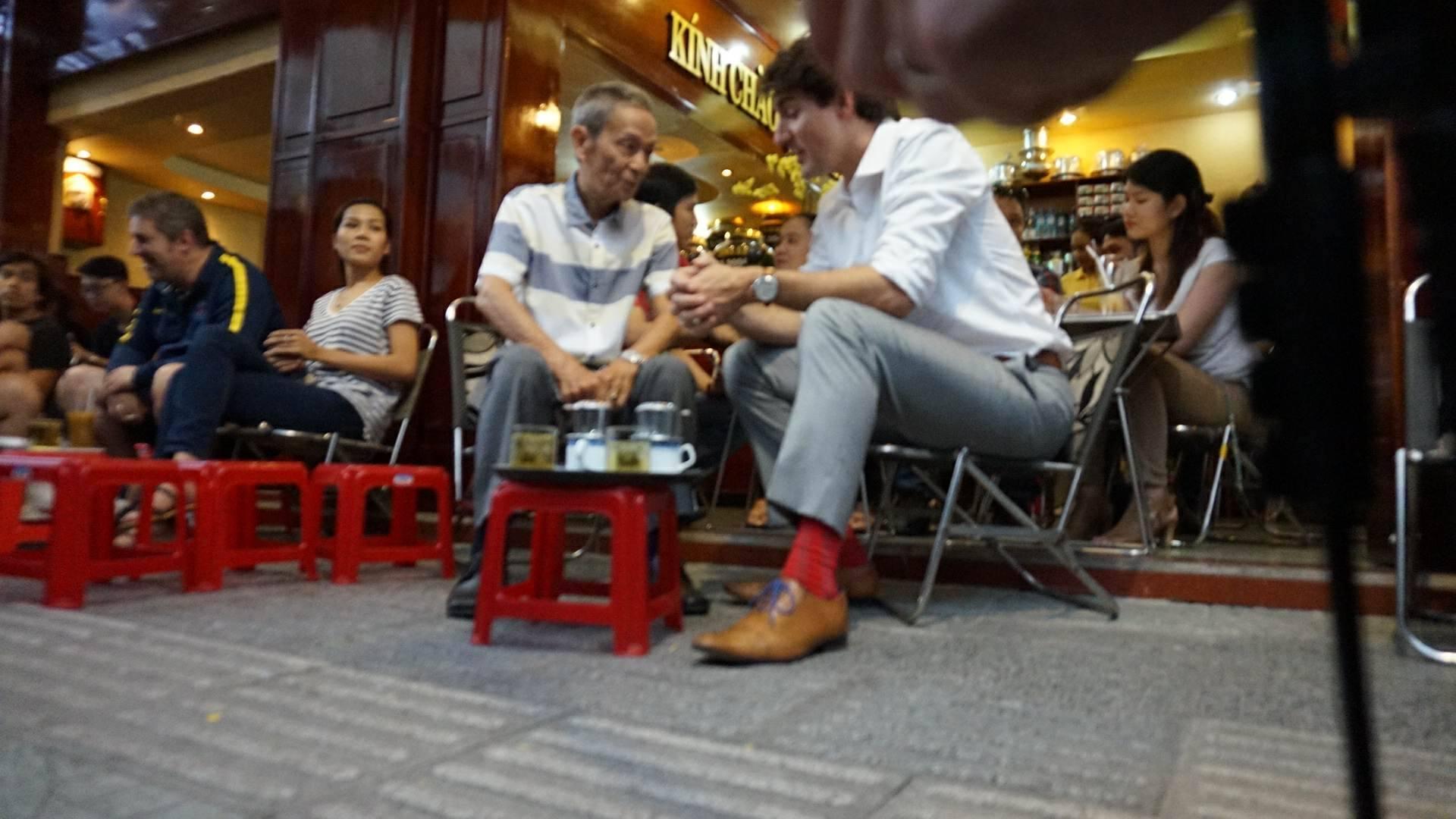 Thủ tướng Canada thưởng thức cà phê sữa vỉa hè Sài Gòn - 6