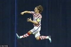 Modric châm ngòi, Croatia chạm một tay vào vé World Cup
