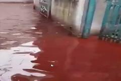Xe đạp điện cháy trên hè, hẻm ngập nước đỏ máu