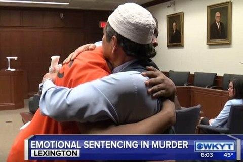 cha nạn nhân ôm kẻ giết con mình