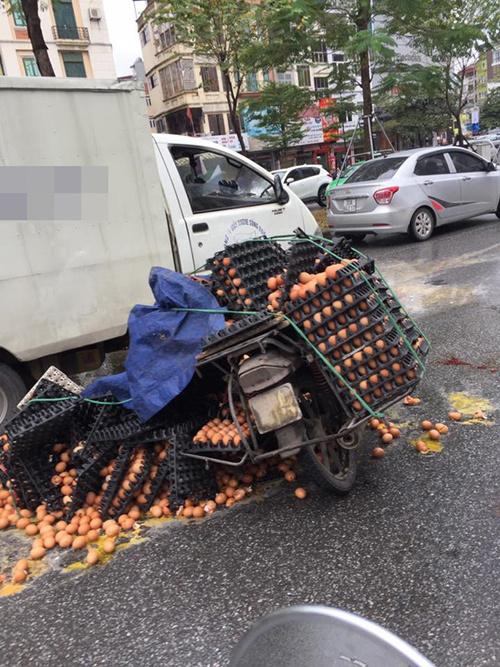 Hình ảnh vụ va chạm khiến nhiều người xót xa trên phố Hà Nội