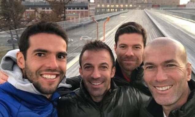 Kaka chụp selfie cùng Del Piero, Xabi Alonso và Zidane