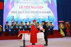 Người mẹ nhận bằng tốt nghiệp thay con gái đã mất