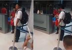 Nữ nhân viên xé vé máy bay của hành khách bị kỷ luật