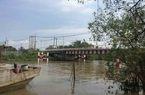 Bất lực cứu người phụ nữ nhảy sông tự tử ở Sài Gòn