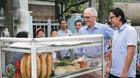 Thủ tướng Úc nhấm nháp bánh mì vỉa hè Đà Nẵng