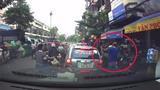 Thanh niên ngang nhiên trộm đồ trên xe chở hàng giữa đường phố đông đúc