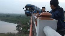 Đâm bung thành cầu Thanh Trì, xe khách suýt rơi xuống sông Hồng