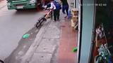 Kinh hoàng cậu bé đi xe đạp thoát chết trong gang tấc