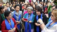 Phu nhân lãnh đạo APEC selfie trên phố cổ Hội An