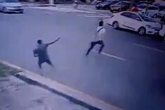 Nam sinh bị bắn gục vì không đưa điện thoại cho tên cướp