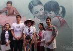 Phu nhân Tổng thống Hàn Quốc tươi cười nón lá, thăm làng bích họa