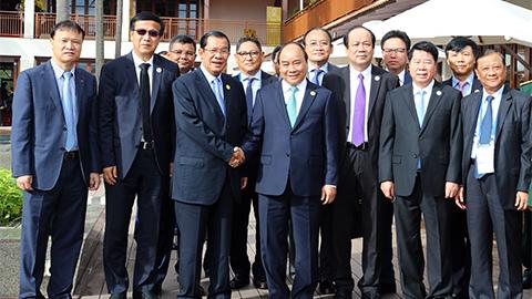 Thủ tướng Nguyễn Xuân Phúc gặp Thủ tướng Campuchia tại APEC