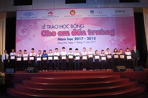 Trao 400 suất học bổng 'Cho em đến trường' cho HS Đồng Nai