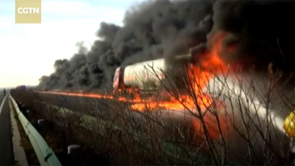 Xe chở dầu bốc cháy, cao tốc biến thành con đường lửa