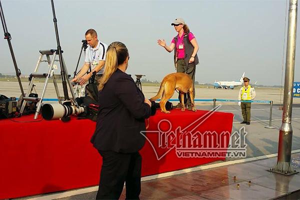 Chó nghiệp vụ Mỹ rà soát an ninh sân bay Nội Bài