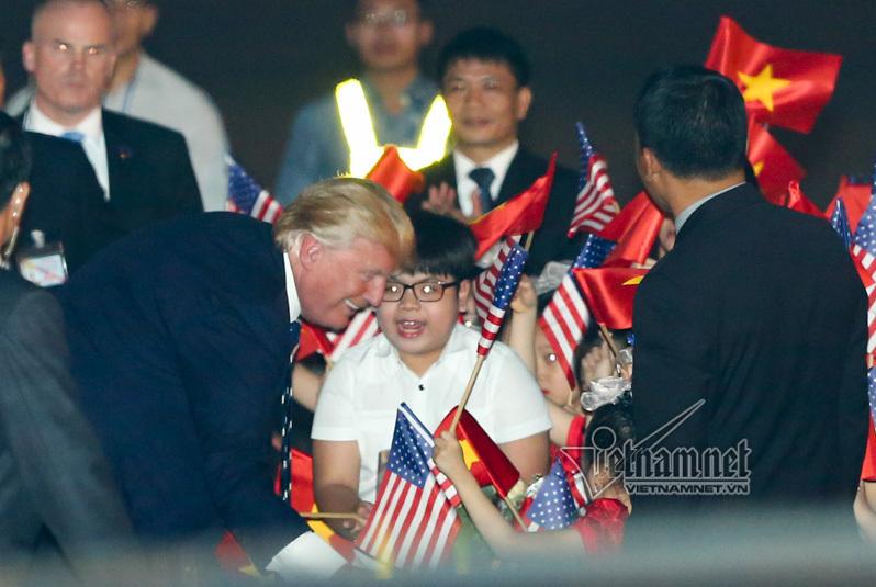 Cậu bé 11 tuổi bất ngờ được Tổng thống Donald Trump tặng hoa