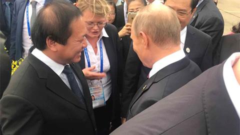 Món quà bất ngờ Tổng thống Putin nhận được tại chân cầu thang máy bay