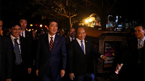 Thủ tướng VN, Nhật Bản tản bộ ở Hội An, tham quan 'thuyền hữu nghị'