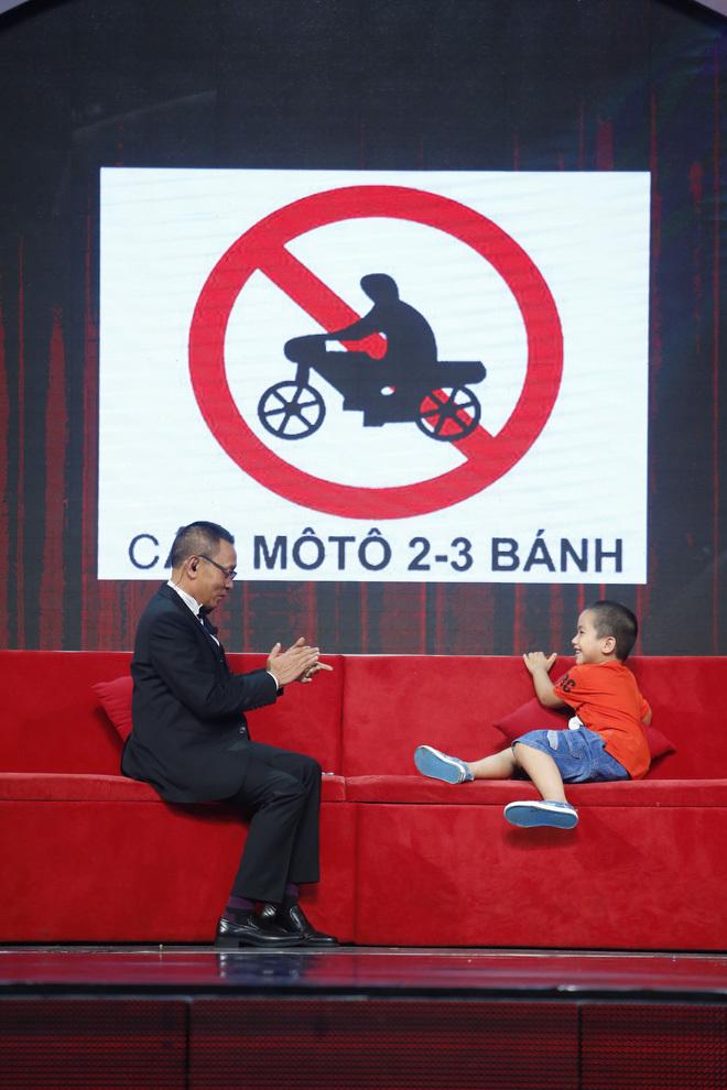 Lại Văn Sâm thán phục cậu bé biết 'tất tần tật' về biển số xe các tỉnh thành