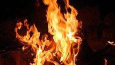 Người đàn ông cháy sém trong góc nhà nghi tự thiêu