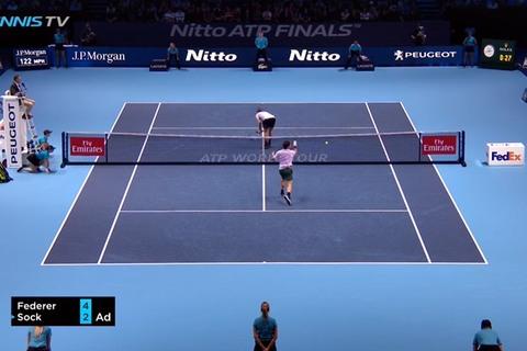 Federer bó tay khi đối thủ hành động phản cảm