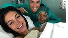 Bạn gái sinh con cho Ronaldo giữa lùm xùm ngoại tình