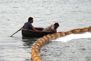 Thợ lặn hút dầu, trục vớt tàu chìm ở biển Quy Nhơn