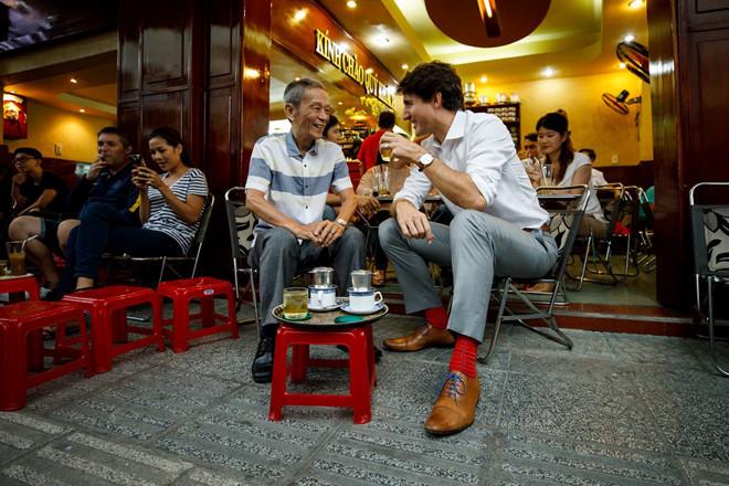 Thủ tướng Canada ngồi uống cà phê, trà đá vỉa hè tại TP.HCM. Ảnh: Facebook Justin Trudeau