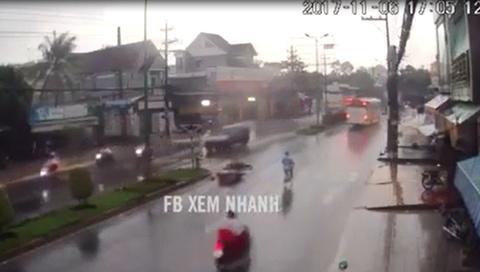 Đi xe máy gặp nạn dưới trời mưa: Nguyên nhân từ bên không ai chú ý
