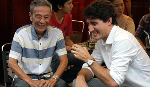 thủ tướng Canada uống cà phê