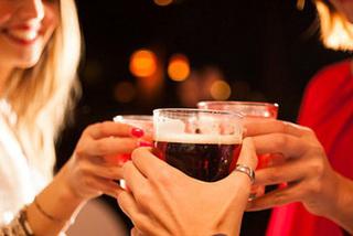 Cố uống rượu như đàn ông, não phụ nữ sẽ tê liệt