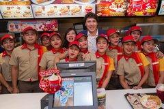 """Thủ tướng Canada gây """"bão"""" khi mua gà rán ở Manila"""